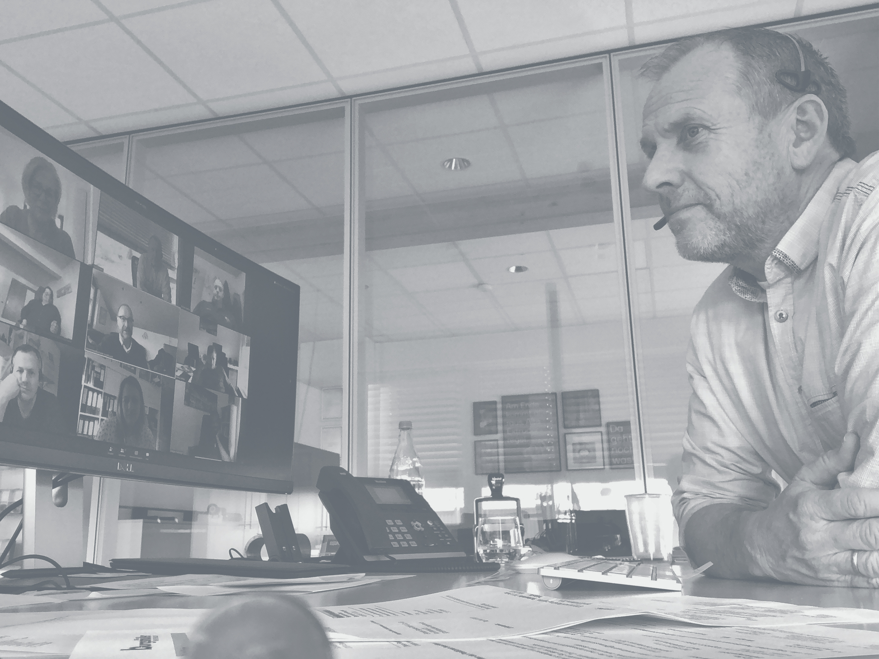 Managing director Georg Hahn in front of a monitor with a video conference